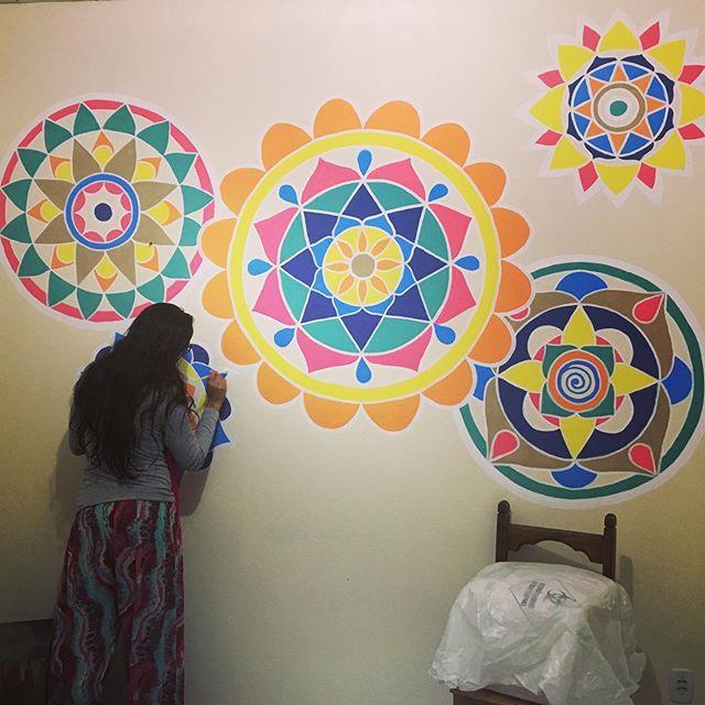 Flora floreando a parede do quarto da minha filha Lila. Arte do coração. Obrigada pelo super axé! To amando 💜❤️💗 @dedentropraflora #mandalas #pinturaparede