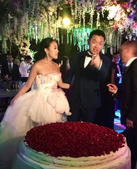 over the top weddingssrc-cosmo-wedding-11.jpg