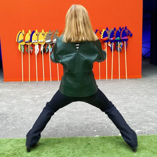 #chevalsurprise #@lizvegus99 #hermessaut #chevalier , #taichi  The lovely sillhouette of Liz Stirling  photographing all her horses commissioned by #Hermès at #grandepalais #paris