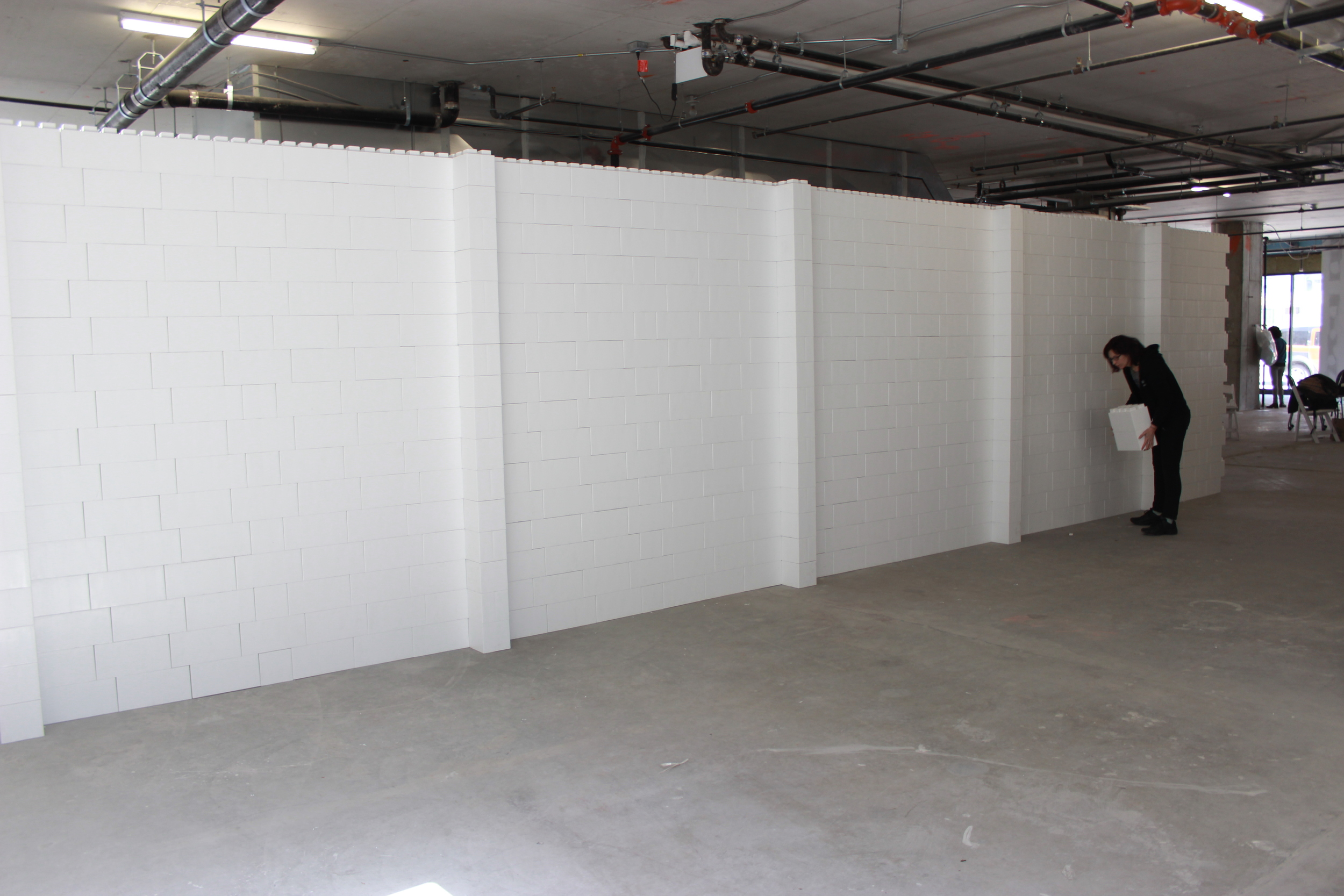 Divide loft spaces, convention halls, and other areas. Create crisp display walls for art galleries, conference room divider walls, and event space delineation walls.