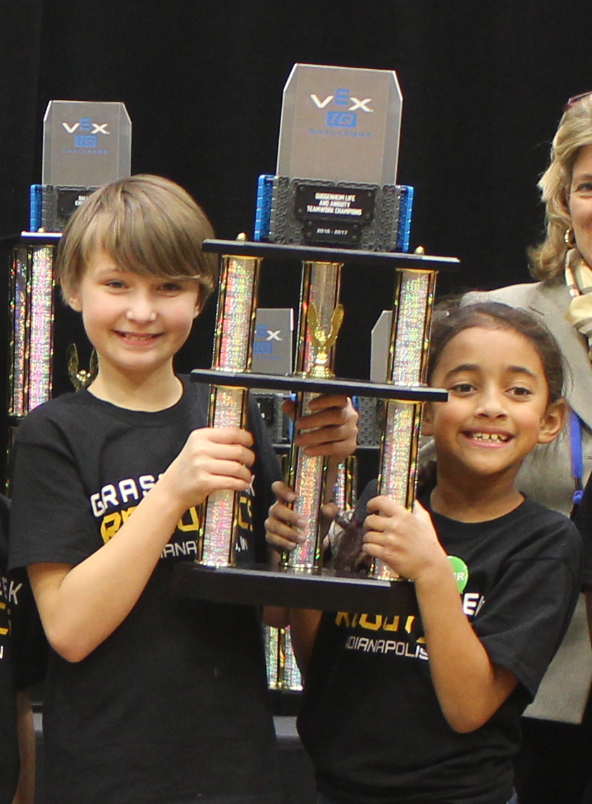 Jala and Natalie hold the Teamwork Champions trophy at the 2017 IndyVRC.