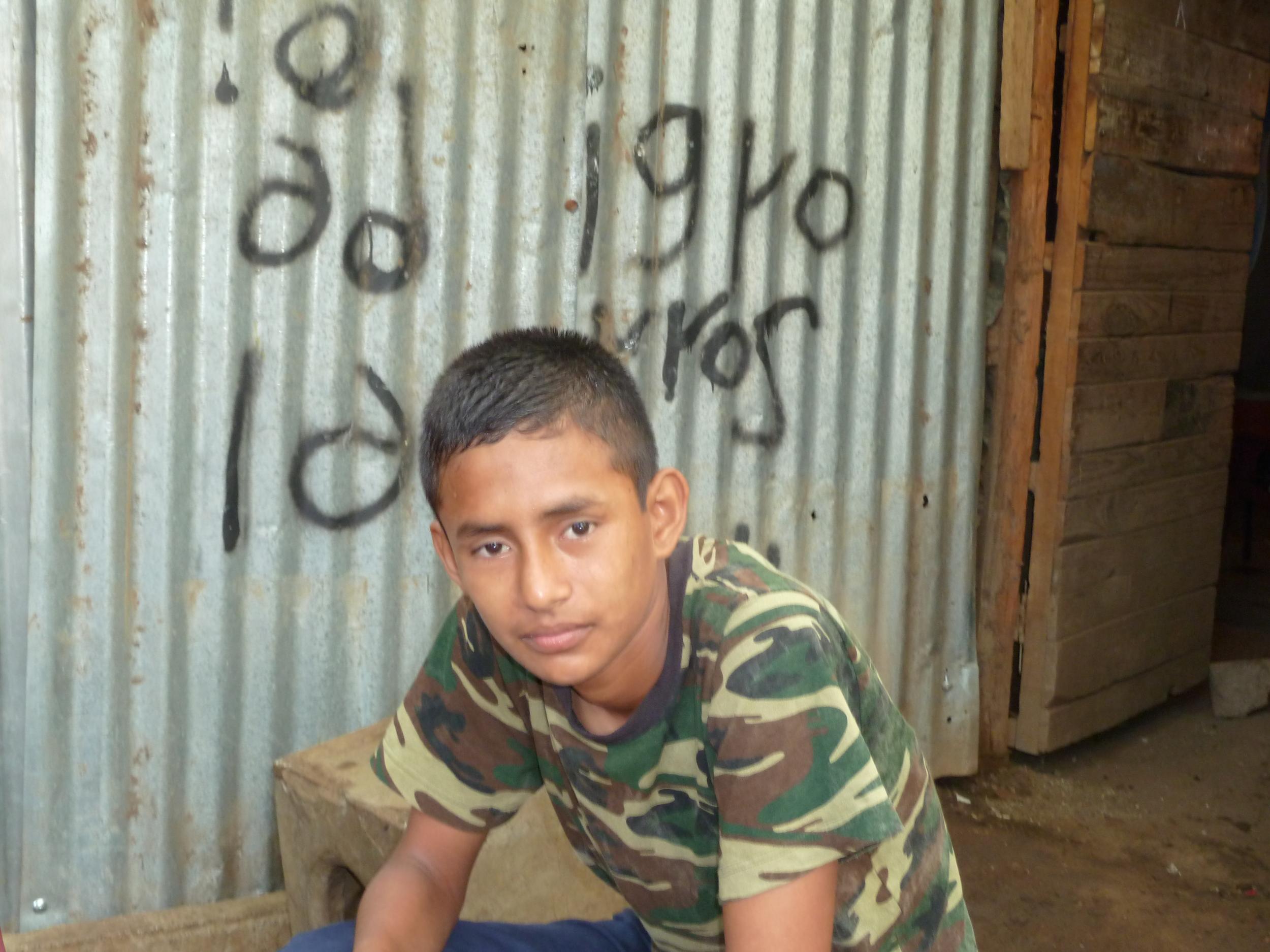 El hijo de Dayani, Edwin, frente a la casa de la familia en Managua (2014). Foto de Douglas Haynes.