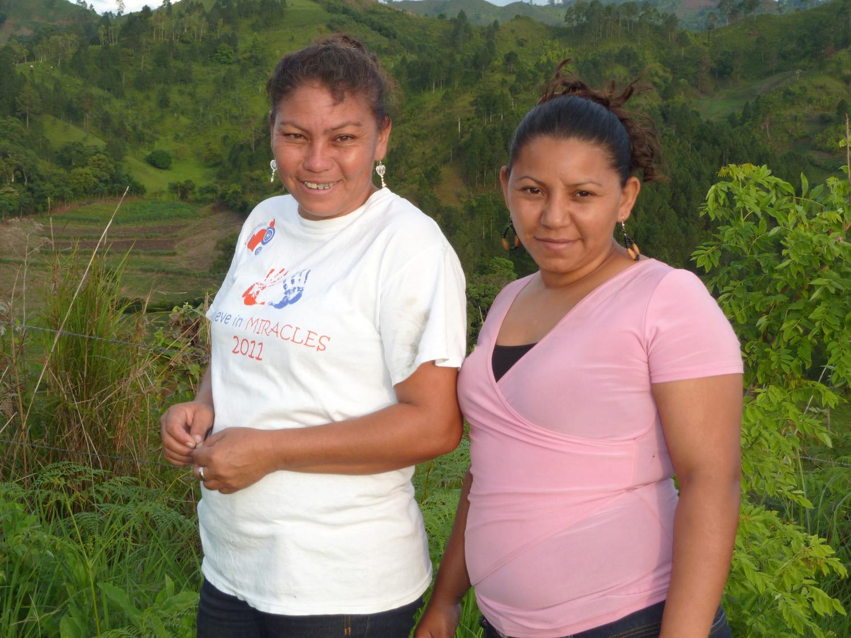 Yadira y su hermana menor Celia cerca de Yaulí en las montañas al norte de Nicaragua (2012). Foto de Douglas Haynes.