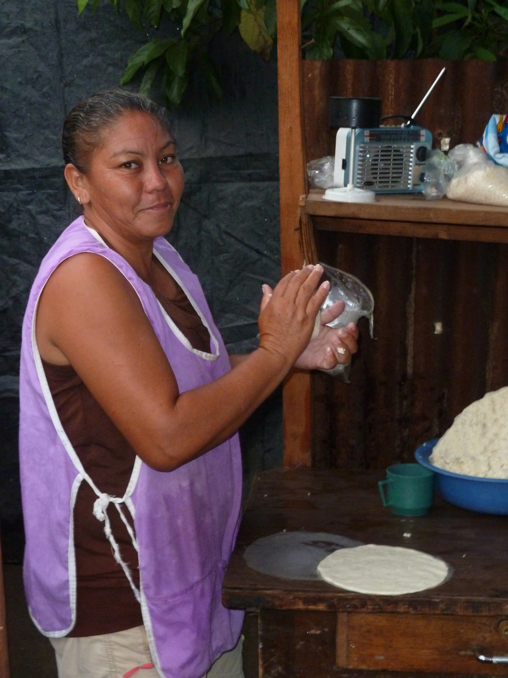 Yadira prepara tortillas para vender en su casa de Managua (2014). Foto de Douglas Haynes.