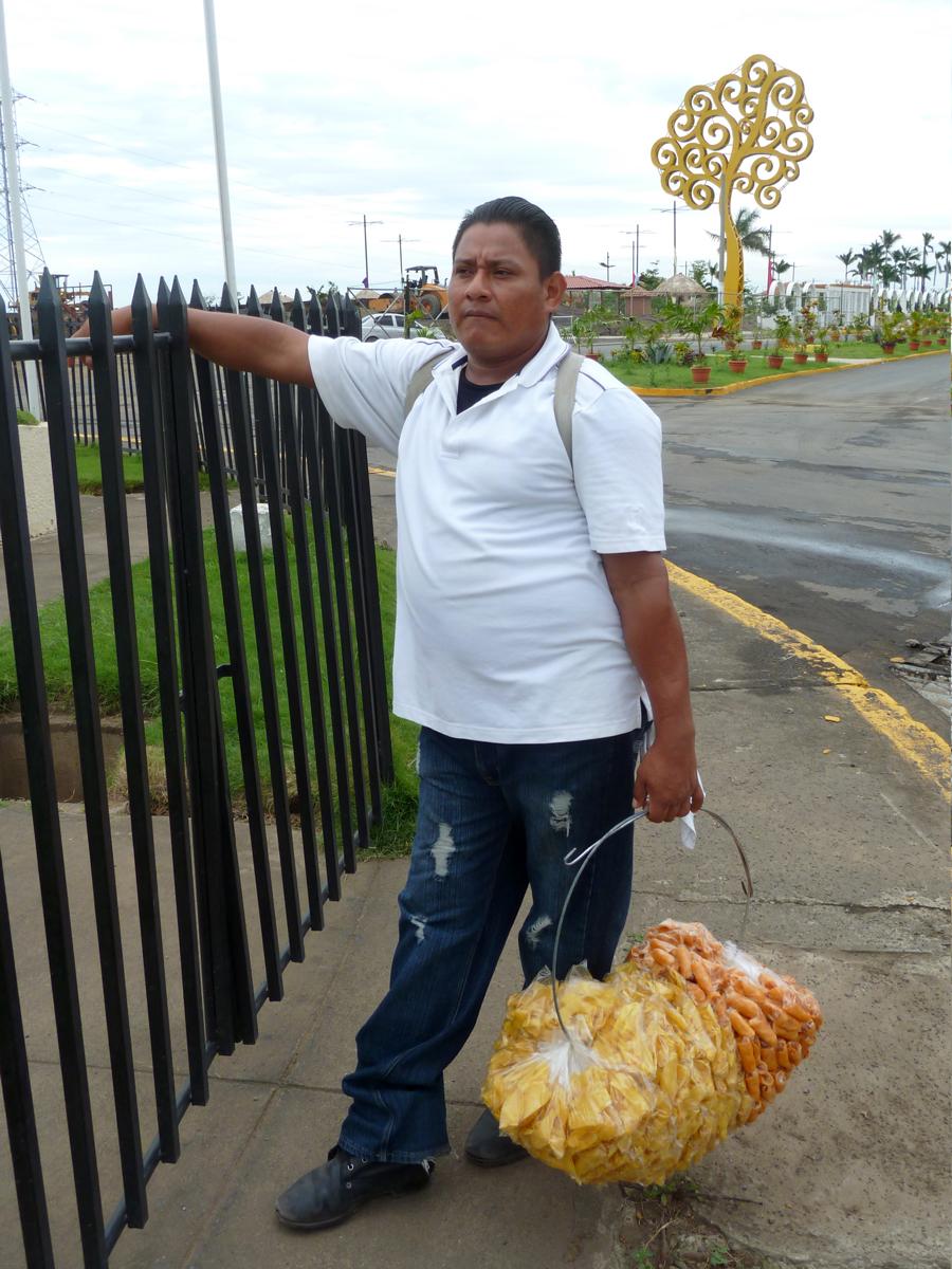 Un hermano menor de Dayani, Julio, vende platanitos en el flamante malecón del centro de Managua (2014). Foto de Douglas Haynes.