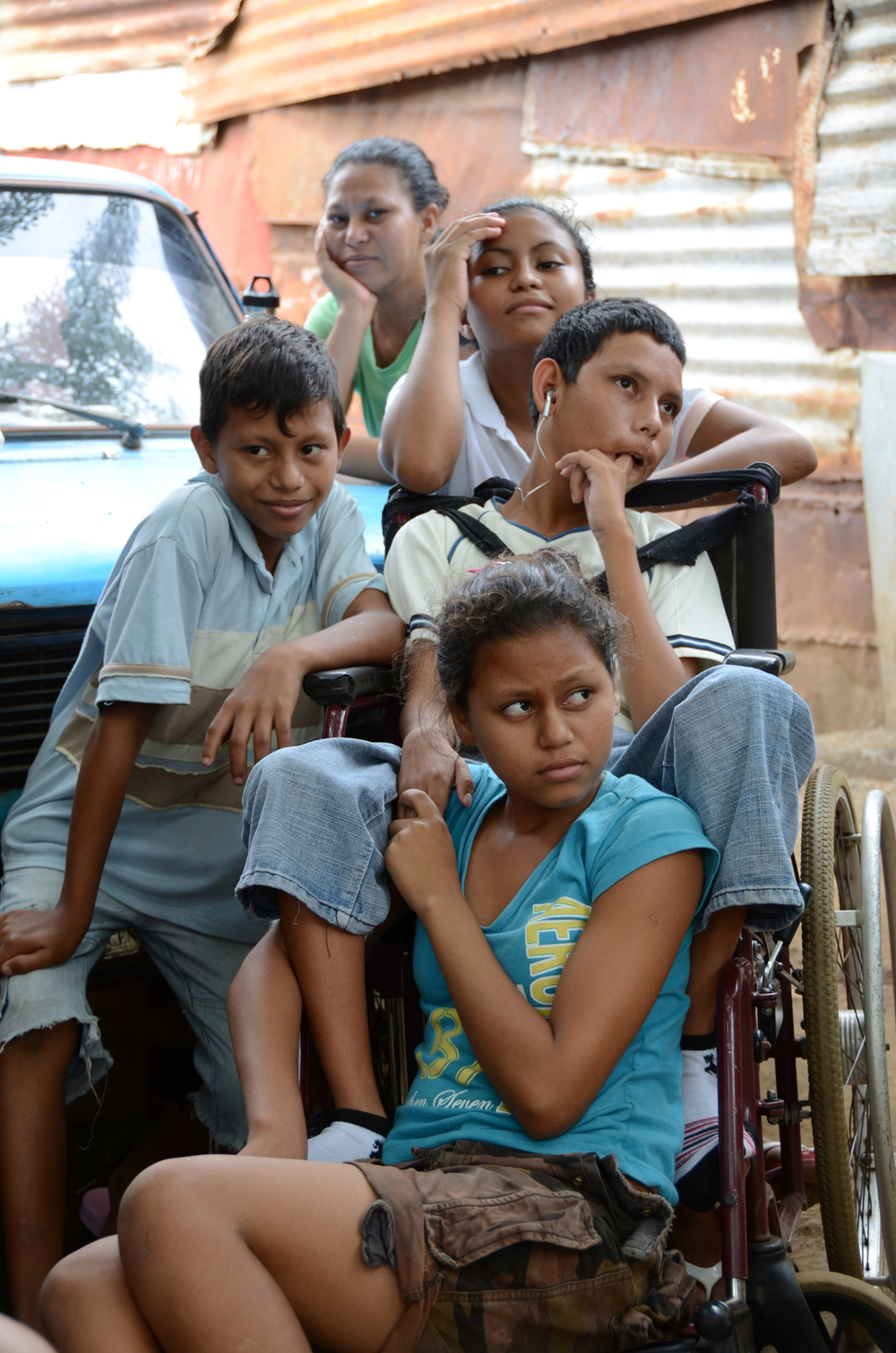 De arriba abajo: La hermana de Yadira, Xiomara; una hija de Yadira, Ana; el hijo de Yadira, Jayson; el hijo de Xiomara, Byron; y la hija de Xiomara, María (2012). Foto de Elizabeth Kay.