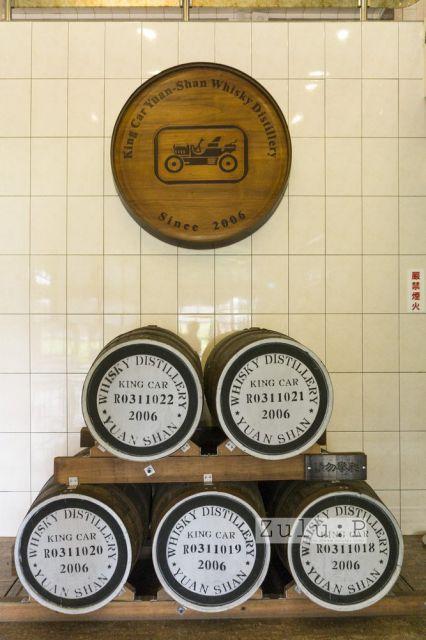 蒸餾過程的最後一站就是這個木牌,跟六個開幕年份的酒桶