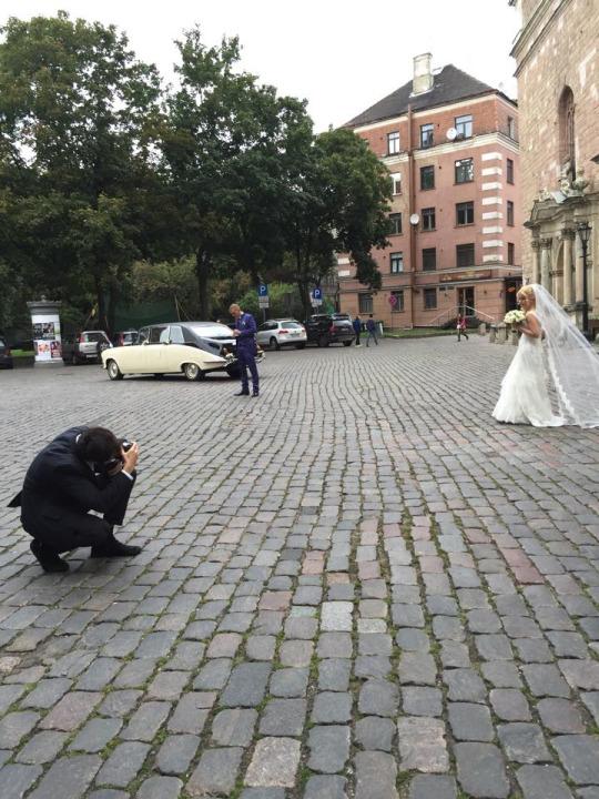 也遇到了拉脫維亞人的婚禮,最美麗的拉脫維亞新娘在Riga St Peter's Church (Svētā Pētera baznīca) 前行禮!