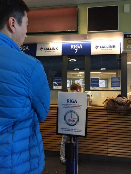 船是 17:00 正點啟航,最好 15:00 開始排隊換票,畢竟乘客不少啊!