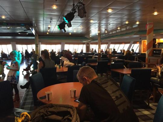 船頭canteen,無座乘客的好去處,你可以從 canteen 買杯架啡,然後享受船頭美景