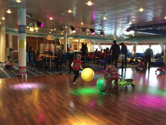 舞池,也是兒童天地,其實旁邊亦有船方為小朋友舉辦的益節活動,例如手繪、氣球班等等,反應不錯~