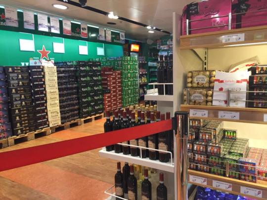 超級市場,佔一半以上位置是賣酒部分,當駛到公海便會完全開放,當然你會見到最多人買的貨品也是各式酒精類飲品~