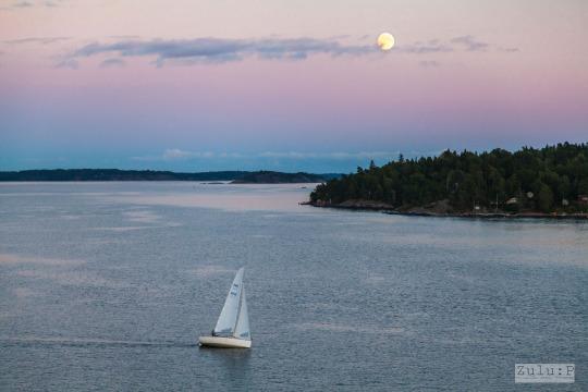 在月出之際,天空泛起一片甚為迷人的彩霞,也吸引不少乘客拍攝這一幕景色呢。