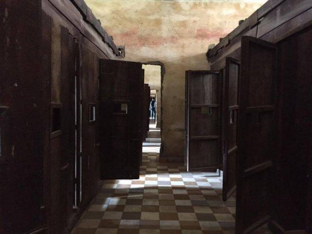 部分人被囚禁於獨立牢房,每間牢房均是密不透風,即使參觀當日的陽光普照,在牢房內依然十分陰暗