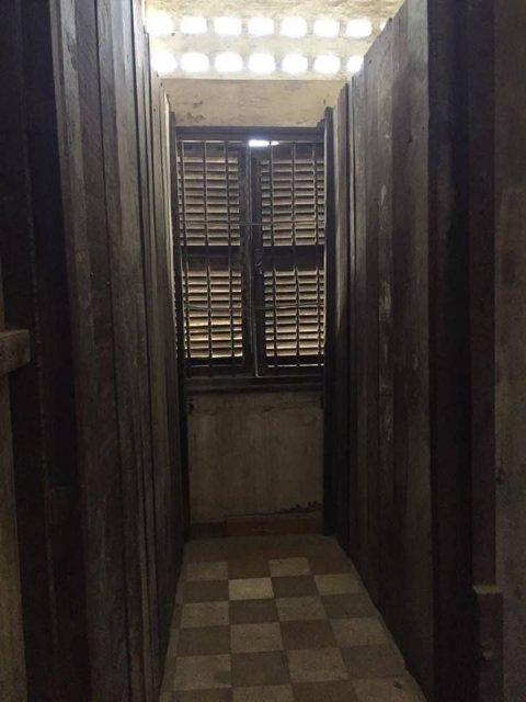 倖存的畫家Vann Nath 被囚禁的牢房,牢房內有一扇窗屈算是幸運,絕大多數的牢房都沒有窗戶,被囚禁人士根本分不清日晝黑夜