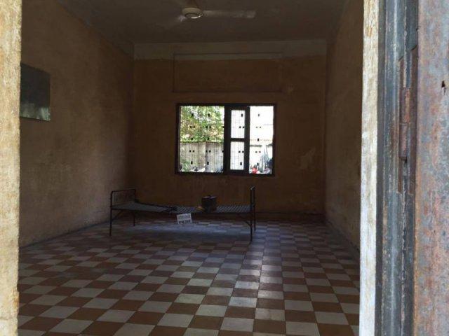 用作審問的房間,一磚一木也沒有改變過,甚至連牆上的血跡也沒有清洗過
