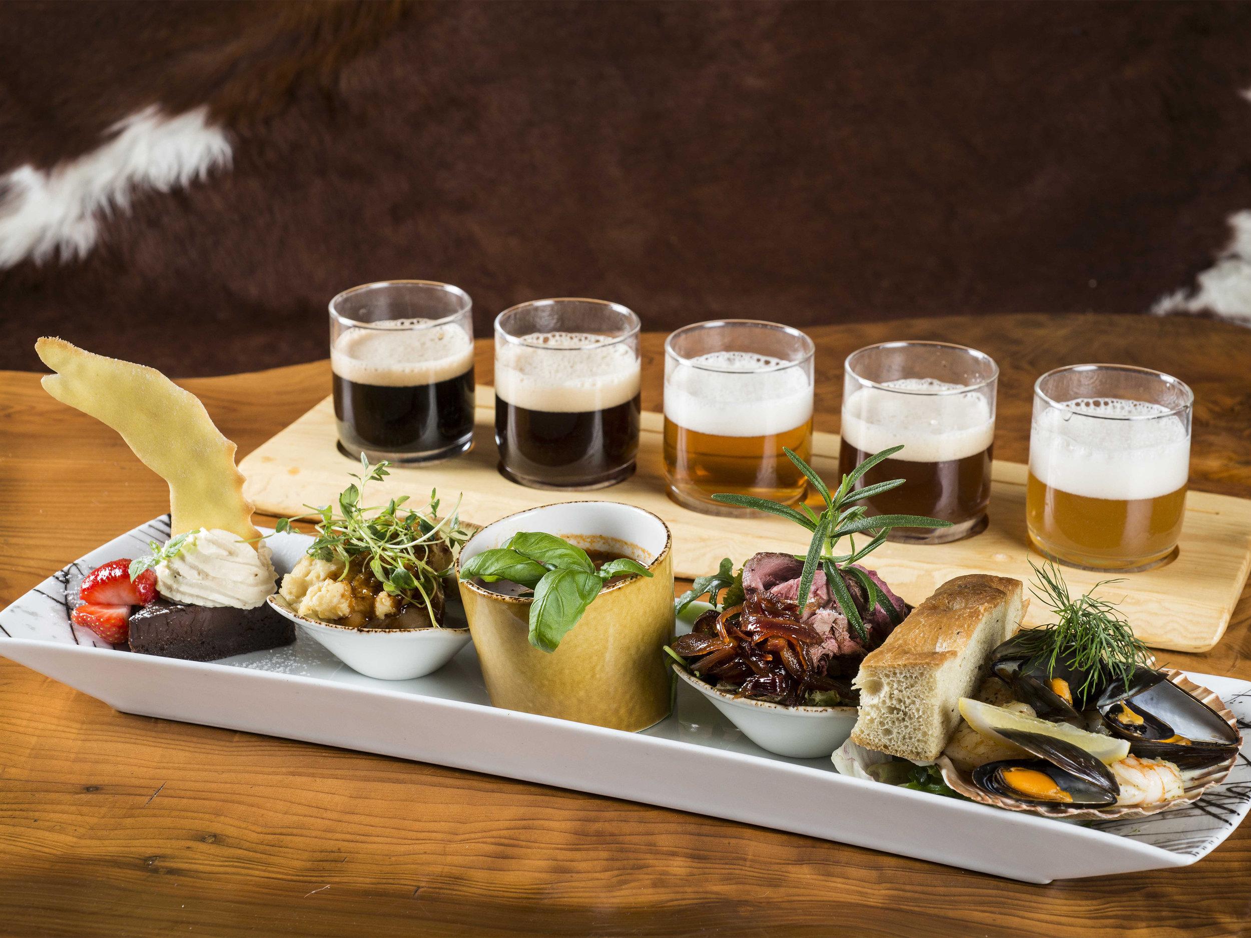 lokal mat og drikke - På Flåmsbrygga er ølet og vikinghistoria i fokus. Matkonseptet vårt - det skal vere Ægir-øl i og til maten - har vorte ein suksess. Vi brukar lokale råvarer—dei som vart nytta i vikingtida, men smaksette for dagens gane. Ægir-øl er brukt i marinadar og sausar, og humle, malt og urter får sette preg på maten.Prøv populære Ægir Vikingplanke (bilete), vårt unike konsept - Vikinggilde - eller vel blant andre spanande menyar!