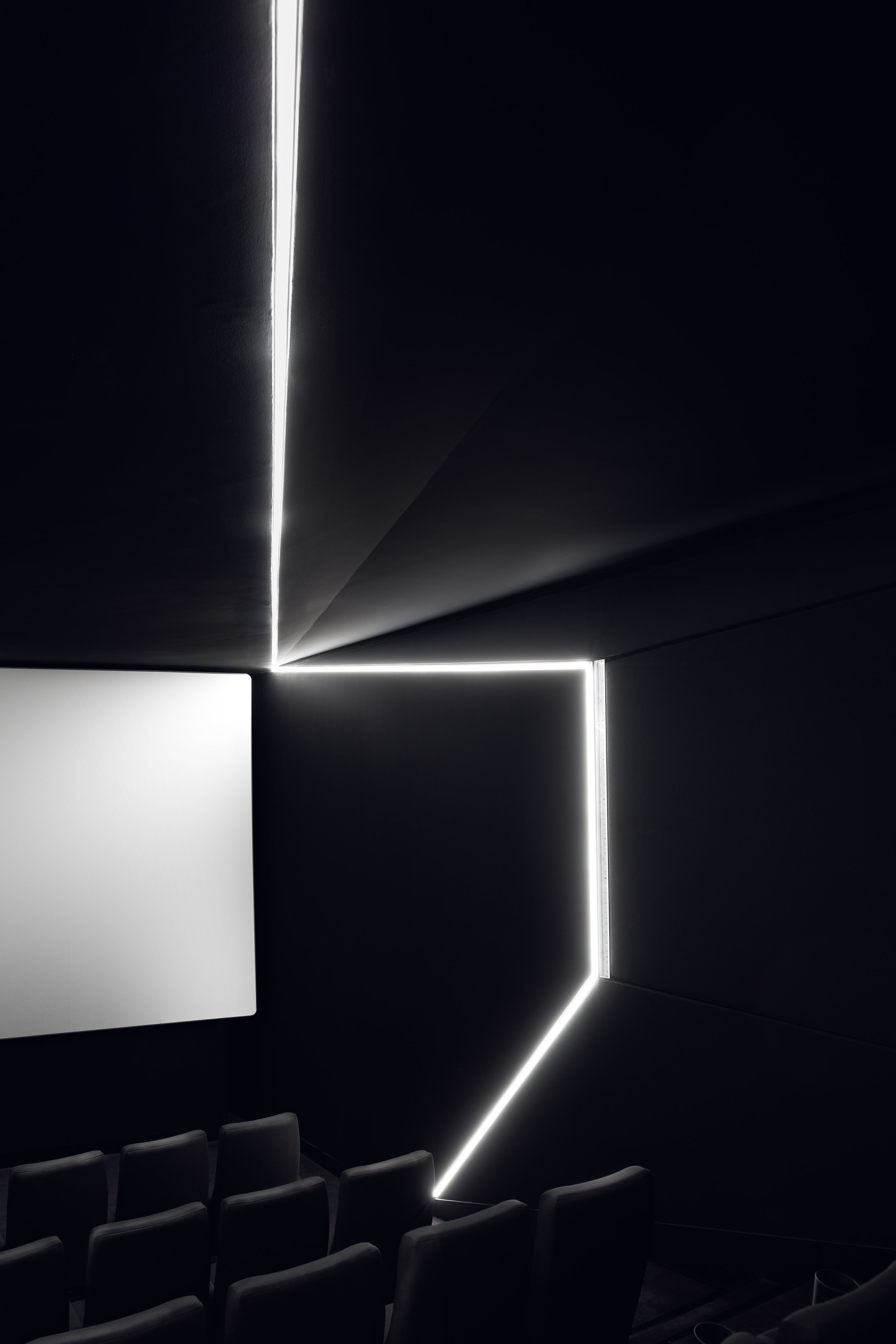 In seiner schwarzen, technisch modernen Erscheinung und dem Spiel der Lichtlinien erweckt der Kinosaal sofort Assoziationen an Science-Fiction-Filme. -