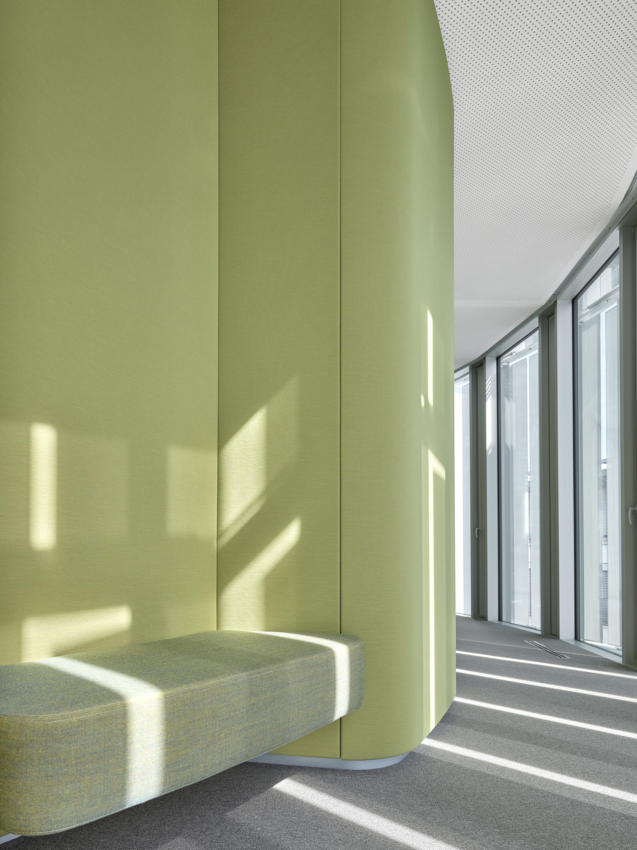 Die Farbwelt der Stoffe greift das Grün der Landschaft auf und leitet daraus für jedes Geschoss eigene Farbvariationen ab -