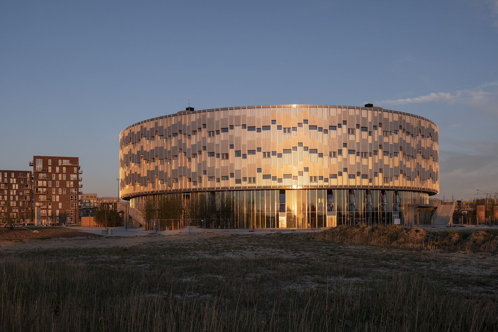 The facade is recyclable, made of non-surface treated raw aluminium.