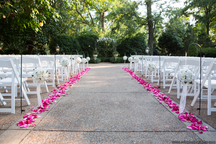 Catino_Cate_Evin_Photography_0041_low Aisle Kissing Balls.jpg