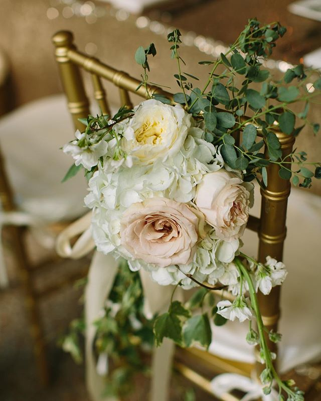 This #RiverwoodMansion wedding overflows with romantic decor and we're loving every last detail! 💐 📷: @rachelmoorephoto