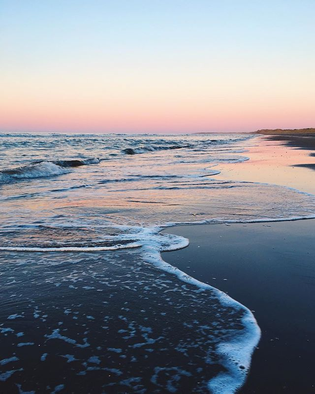 Embrace the in between. That's where the magic happens, y'all 🌊💗 . . . . . . #spring #explorepei #magic #natureisneat #sunset #beach #love #ocean #eastcoastlifestyle #alwaysgo #ellarising #gameoftones #princeedwardisland #canada #travelstoke #inspiration #summeriscoming