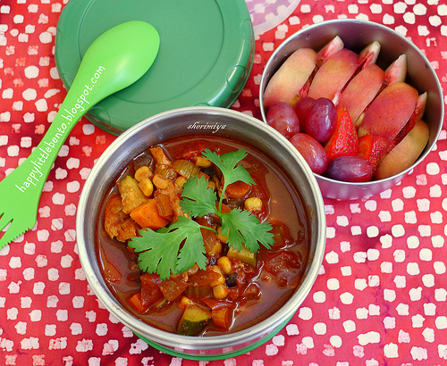 packing lunches rich in fiber and juicy fruits and vegetables will help fuel and hydrate busy kids / photo via sheri Miya