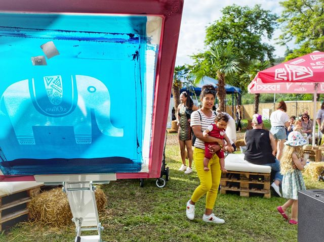 Zweiter Tag am @africa.festival Würzburg. Bereits sind einige hundert Shirts bedruckt und zum Teil mit Batik eingefärbt. Die Stimmung ist weiterhin herrlich und immer sommerlicher☀️👚🐘 . . . . . #druckbus #africafestivalwürzburg #siebdruck #batik #soliver #würzburg #ilovescreenprinting #live #handprinted #printisntdead #elephant #festival #africa #summer #grsnaps