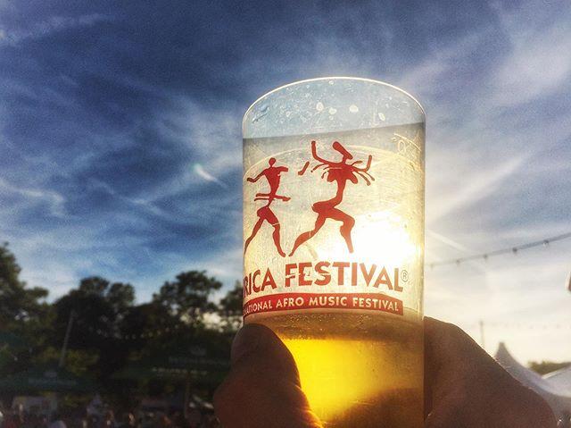 @africa.festival Würzburg Tag drei. Der Sommer ist zurück. Ausgelassene Stimmung und haufenweise bedruckte und gebatikte T-Shirts von @soliverfashion. Was gibts danach besseres als ein Feierabendbier von @bierbube.official . . . . . #druckbus #siebdruck #africafestival #festival #musik #music #sonne #sommer #siebdruck #handmade #feierabendbier #bierbube #würzburg #grsnaps