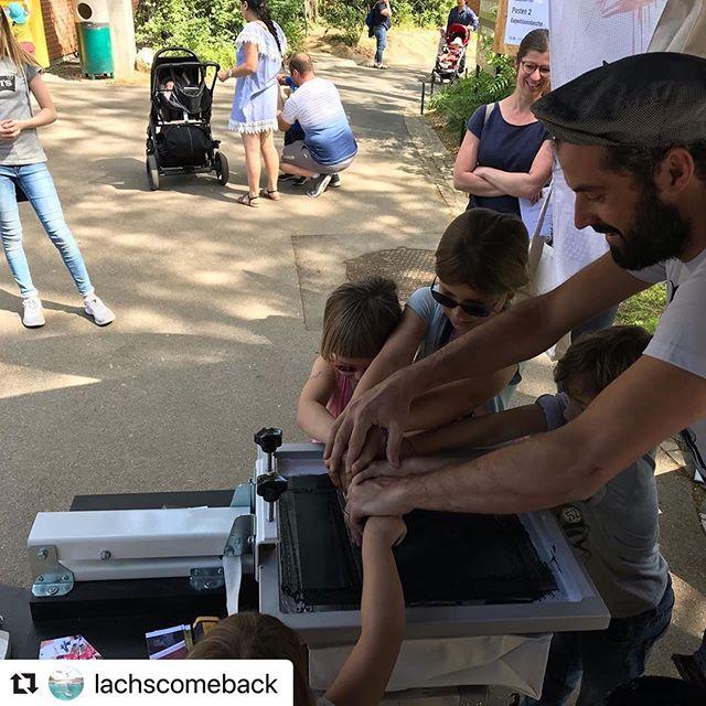 Teamwork für @lachscomeback heute am Worldoceansday im @zoo_basel 🐠🦞💦 . . . . . #druckbus #lachscomeback #salmoncomeback #siebdruck #ilovescreenprinting #lovebasel #baselswiss #zoo #zolli #worldoceansday #wwf #printisnotdead #teamwork