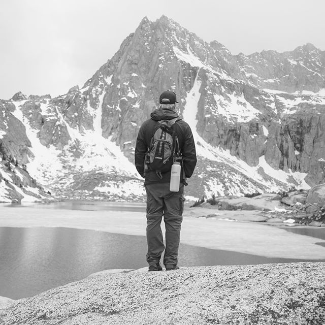 Hiking to frozen lakes // Off to Mammoth to celebrate this glorious year ✌️🍺#hungrypackerlake #backpacking