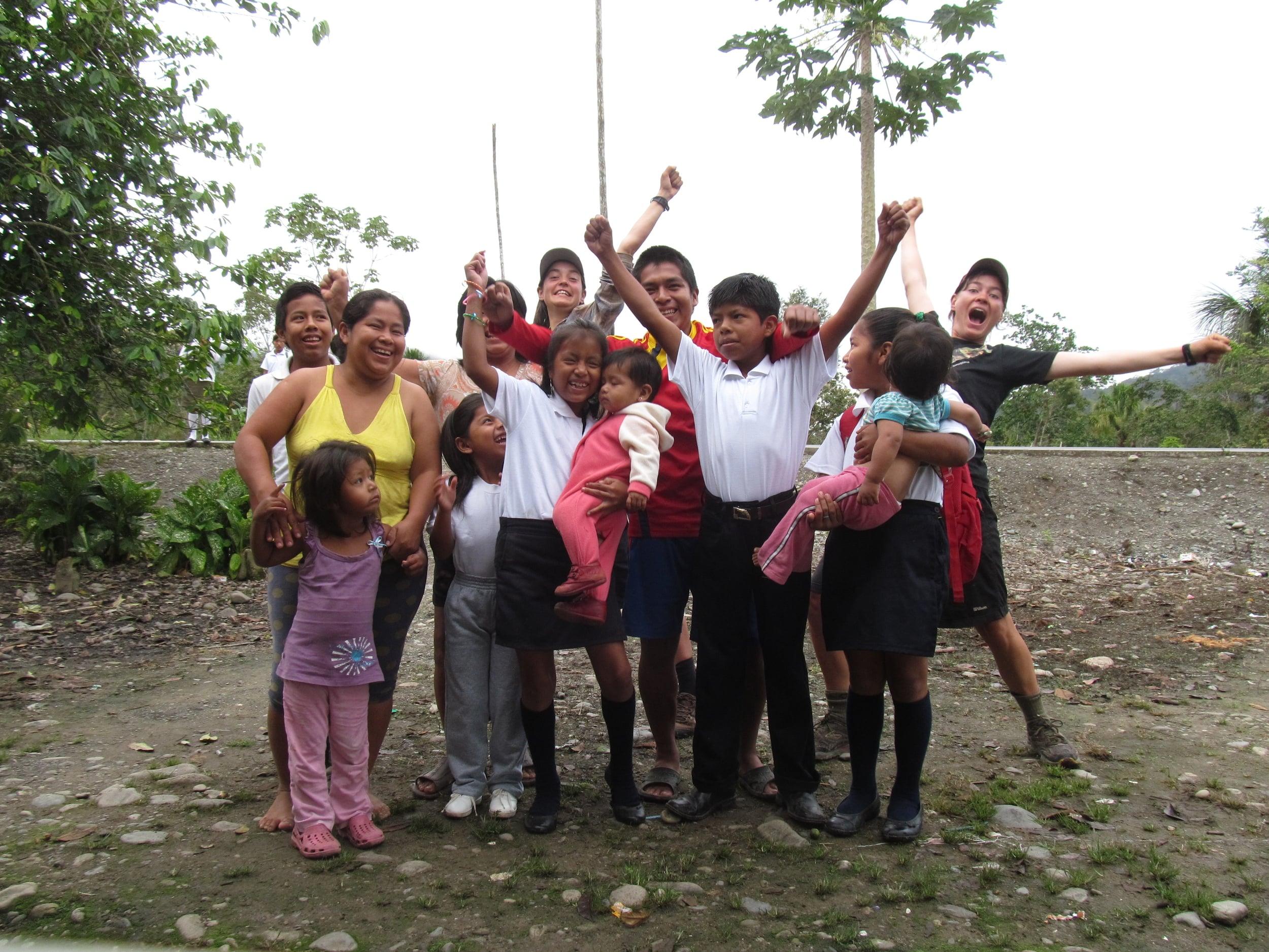 Cuando no hay bomberos ni iglesias preguntamos personas viviendo cerca del camino si podemos acampar en sus jardines. Este familia nos dio un lugar, mucho conversación divertida Y empanadas ecuatorianos. ¡Me encantan empanadas!