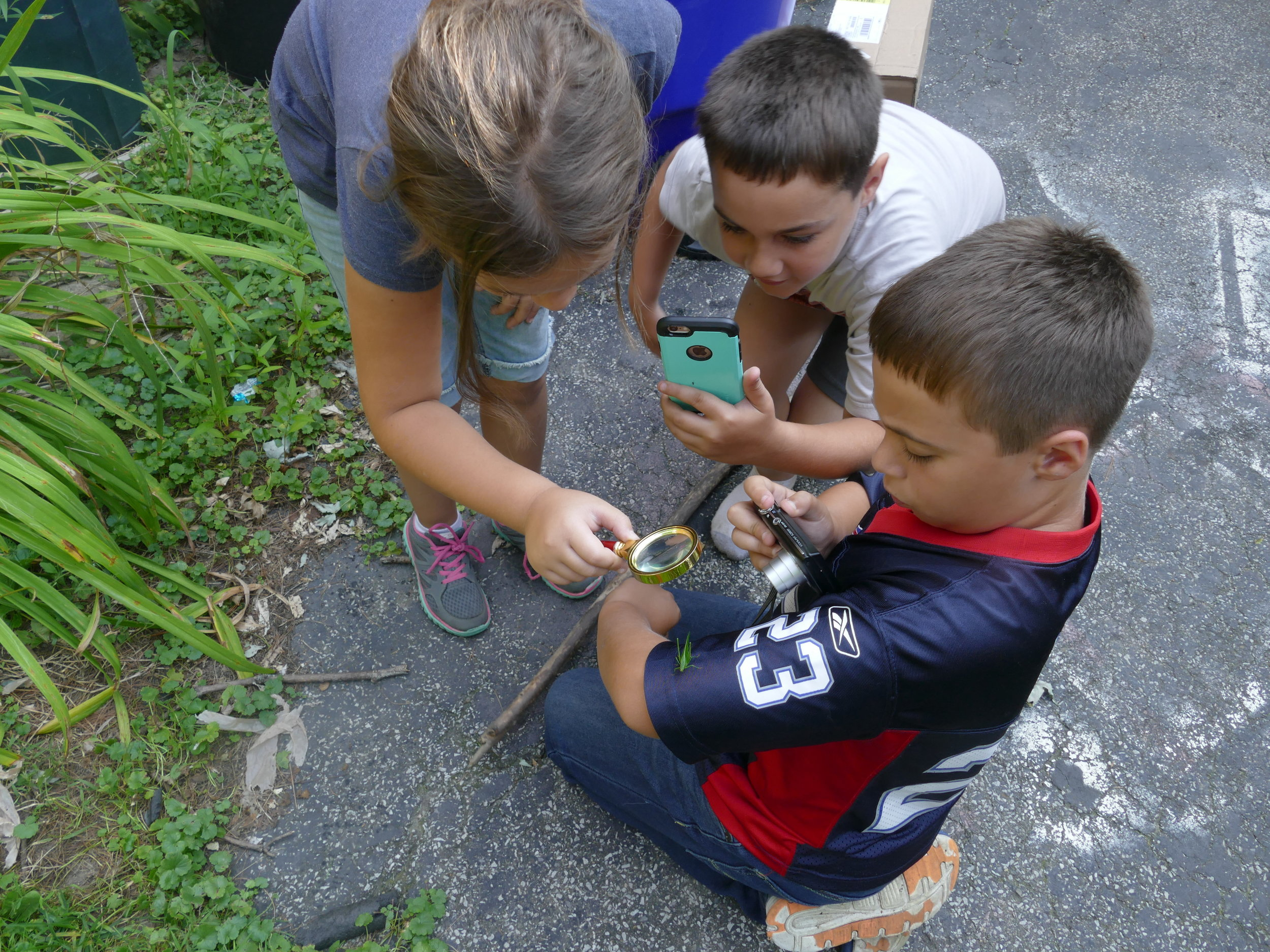 I was lucky enough to meet a wonderful family that welcomed me to their home for another type of advenure: finding bugs and playing in the backyard.