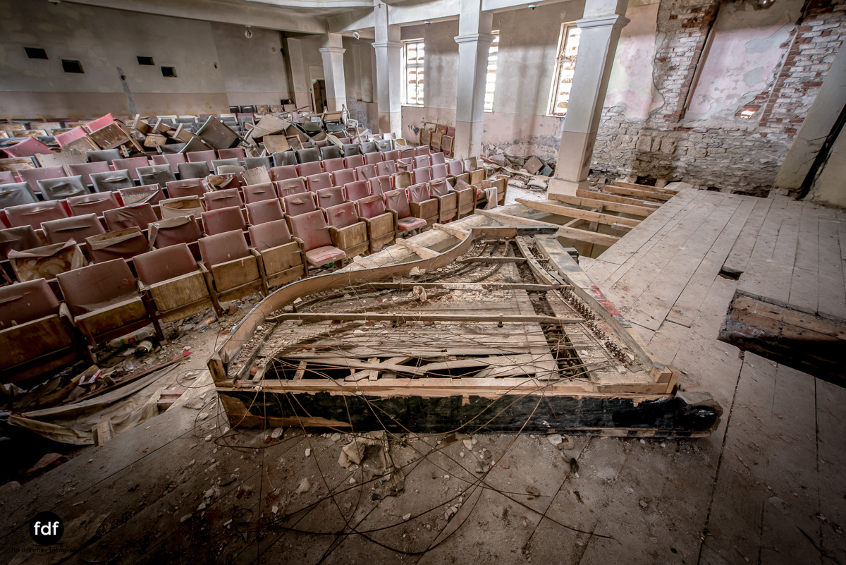 Das weisse Piano Theater Lost Place-1.JPG