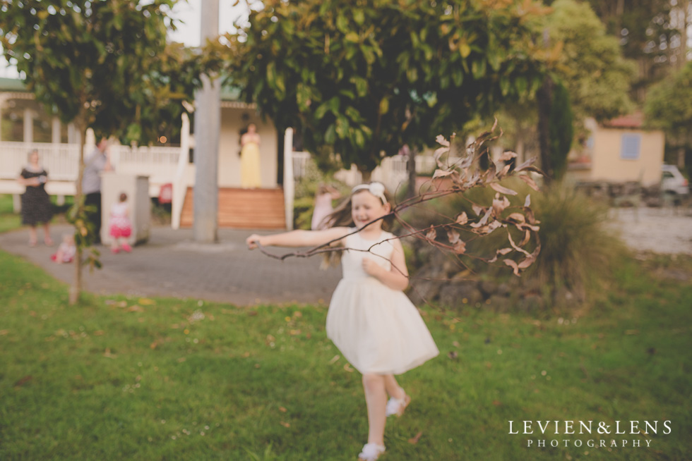kids playing outside reception {Auckland-Hamilton wedding photographer}