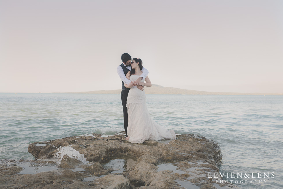 bride and groom hug on beach sunset {Auckland-Hamilton lifestyle wedding-couples-engagement photographer}