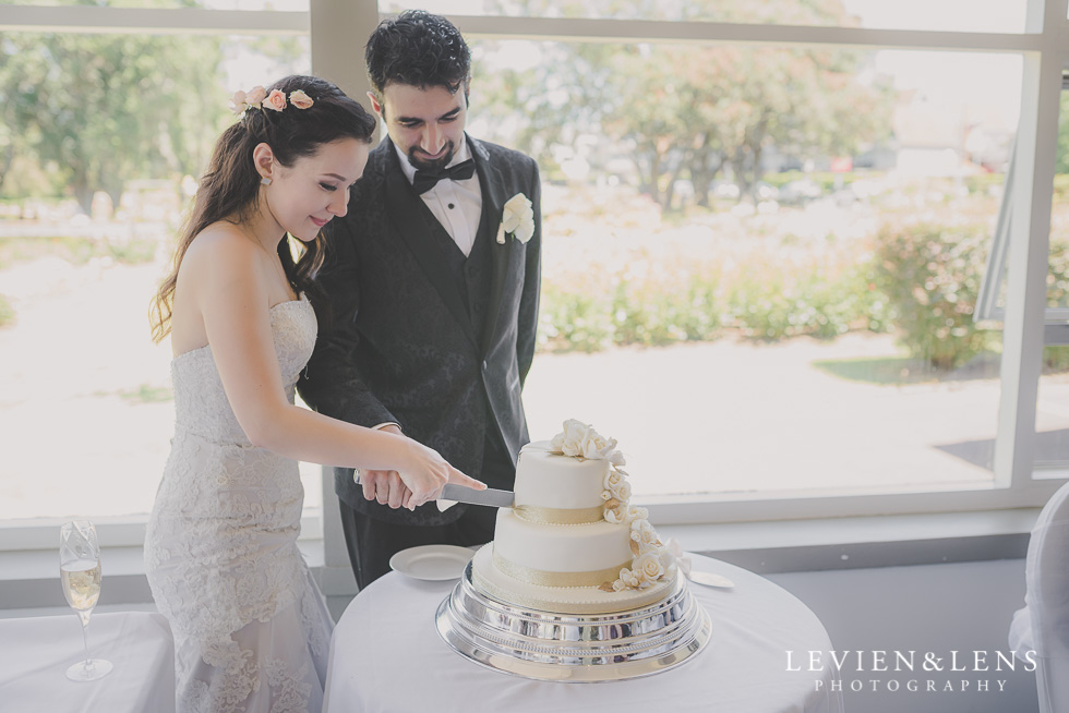bride groom cutting cake Parnell on the Rose Garden {Auckland lifestyle wedding photographer}