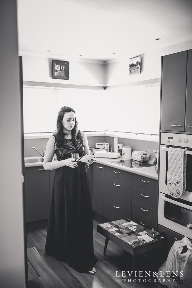 bridesmaid kitchen getting ready small family garden wedding {Auckland lifestyle couples-engagement photographer}