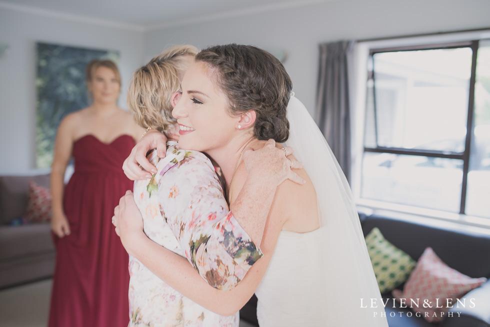 Bride with mum - best wedding photos {Auckland-New Zealand couples photographer}