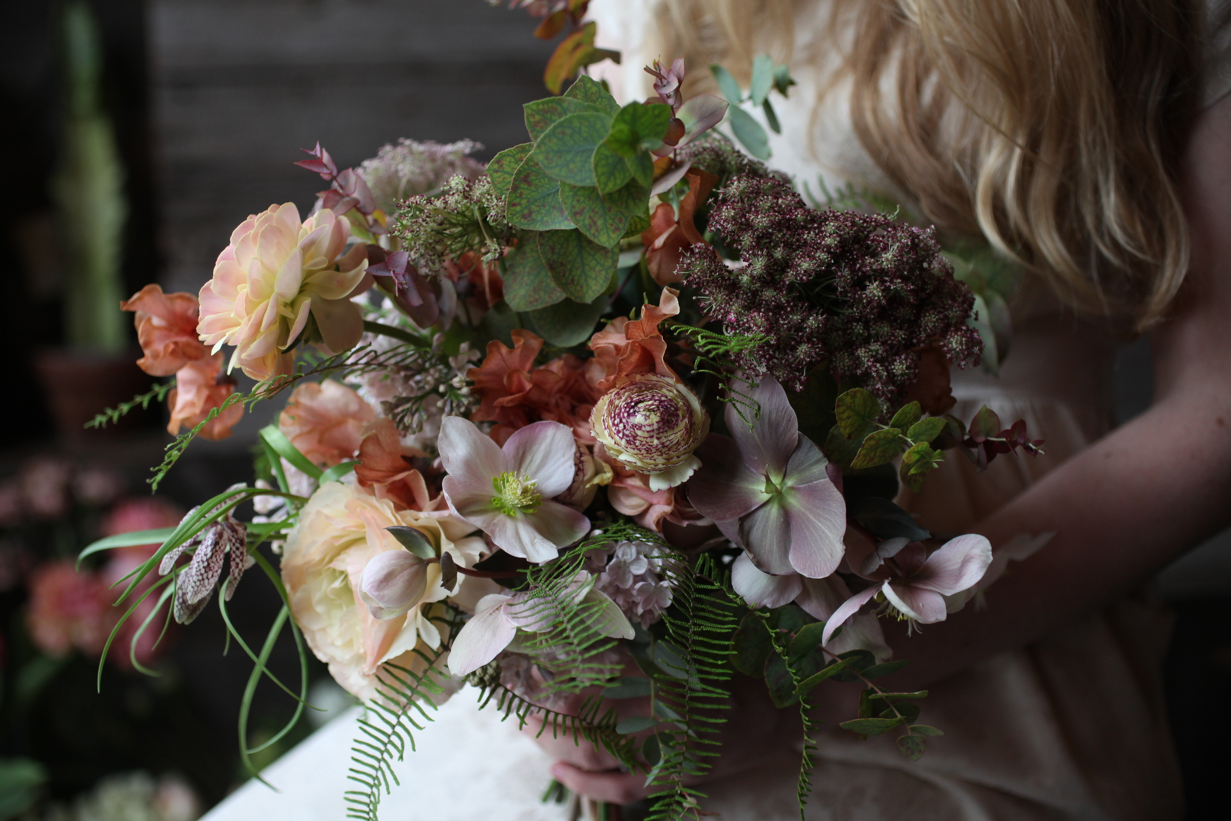 I created this bouquet during a bouquet workshop at Little Flower School in New York. I think the way that Sarah Ryhanen captures flowers in photos is truly special. I'd love to learn how to improve my own skills.