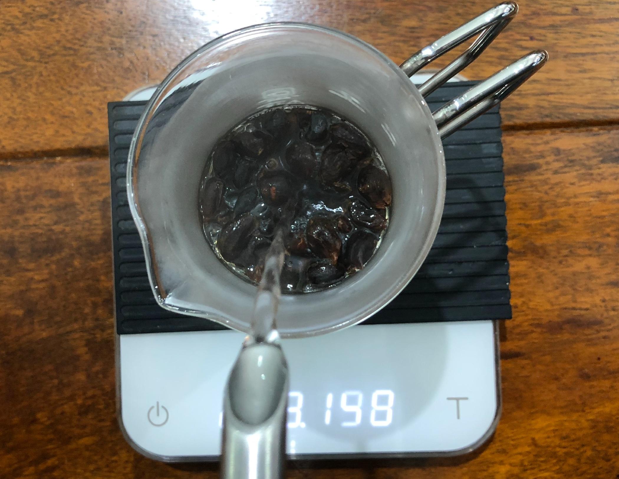 Paso #2 - - Agrega 234 gramos de agua caliente a una temperatura de 85° a 90° C. (Punto de ebullición).