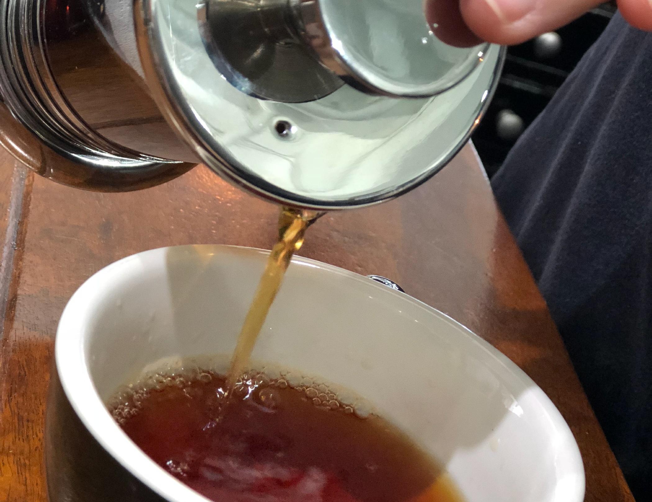 Paso #4 - - Luego de los 10 minutos, baja el embolo para poder filtrarlo y servirlo.