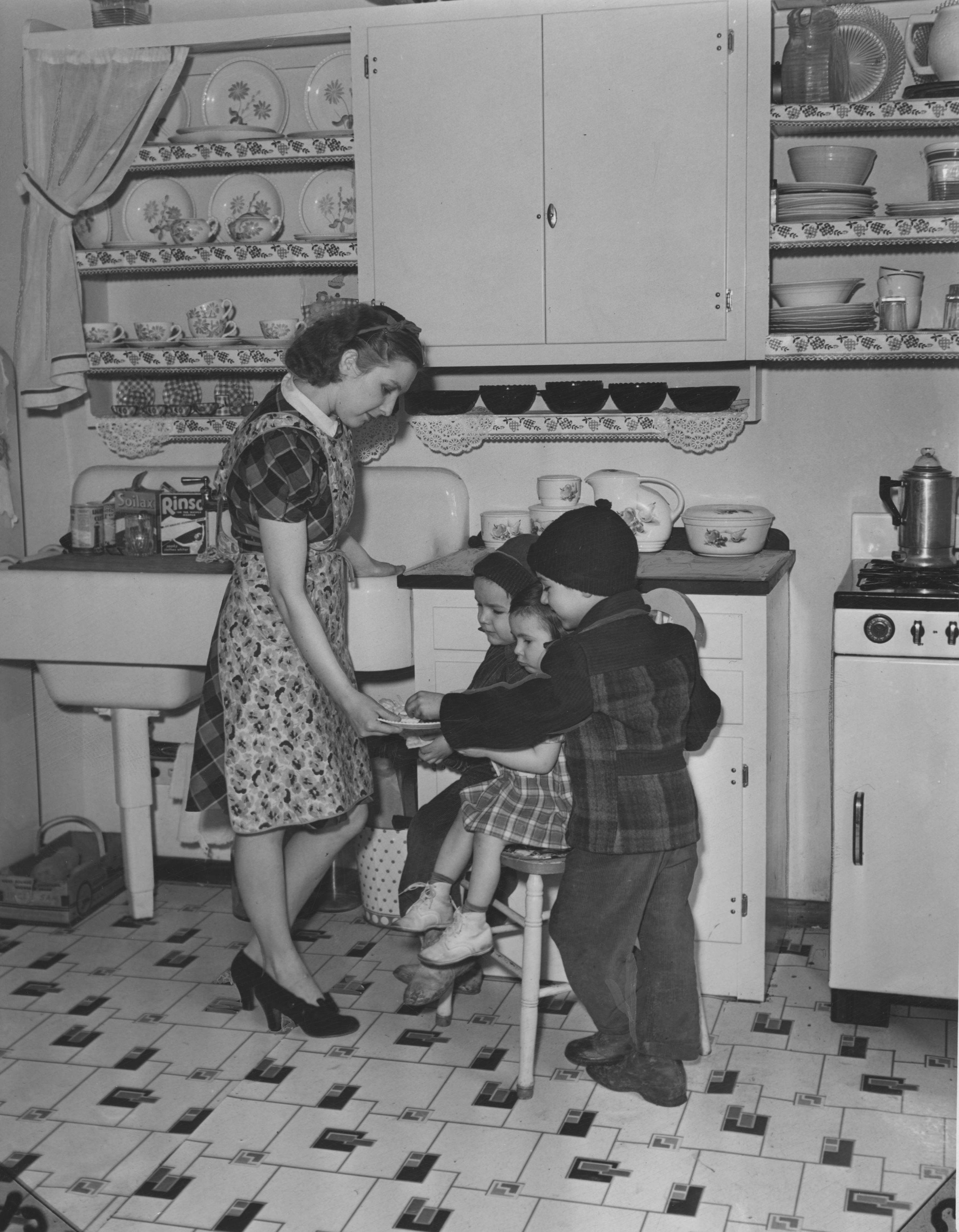 Woodhill_Homes_1941_Model_kitchen.jpg