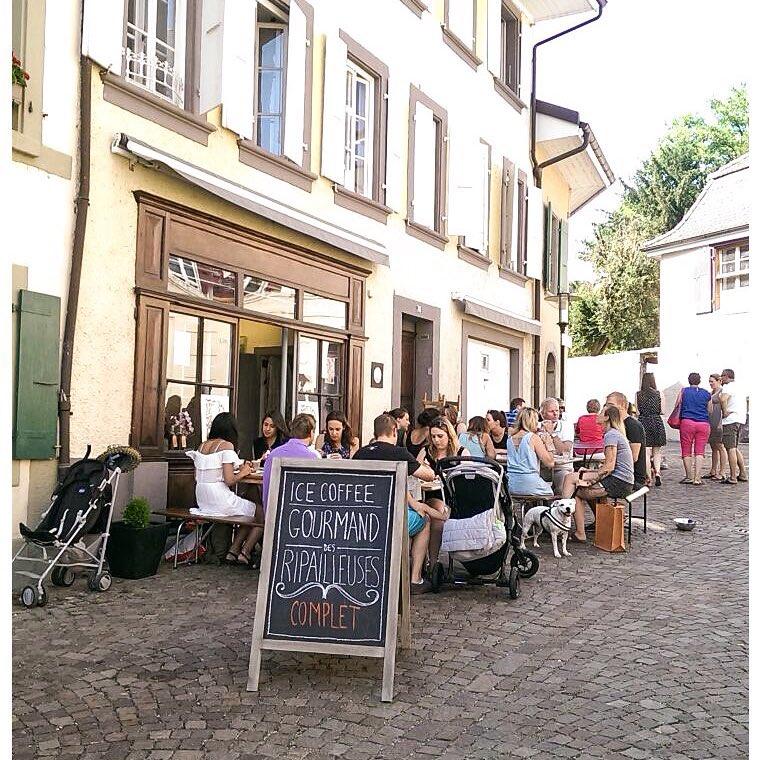 Café gourmand-foule.jpg