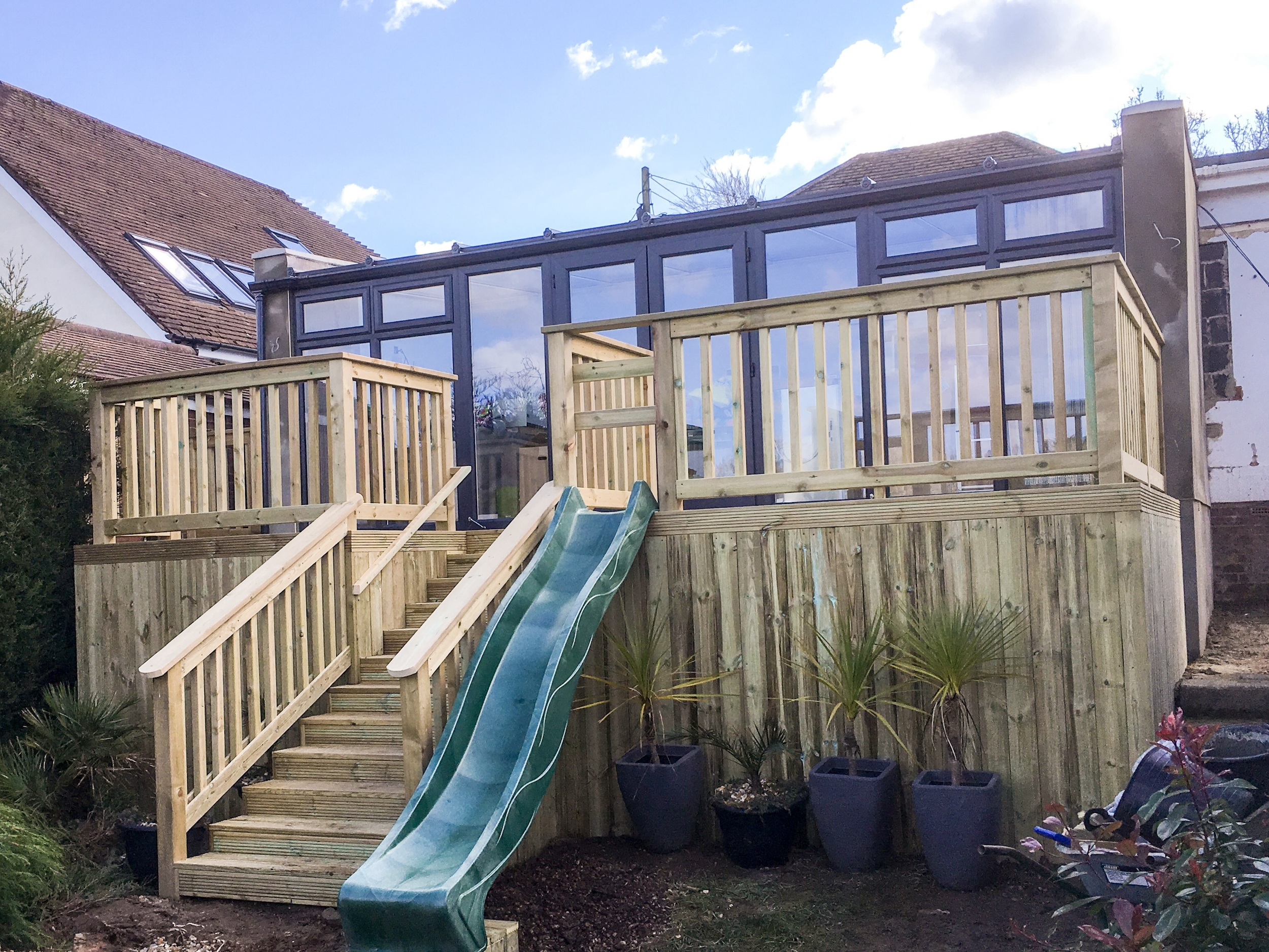 The deck was classed around the outside with smooth Deckboards.