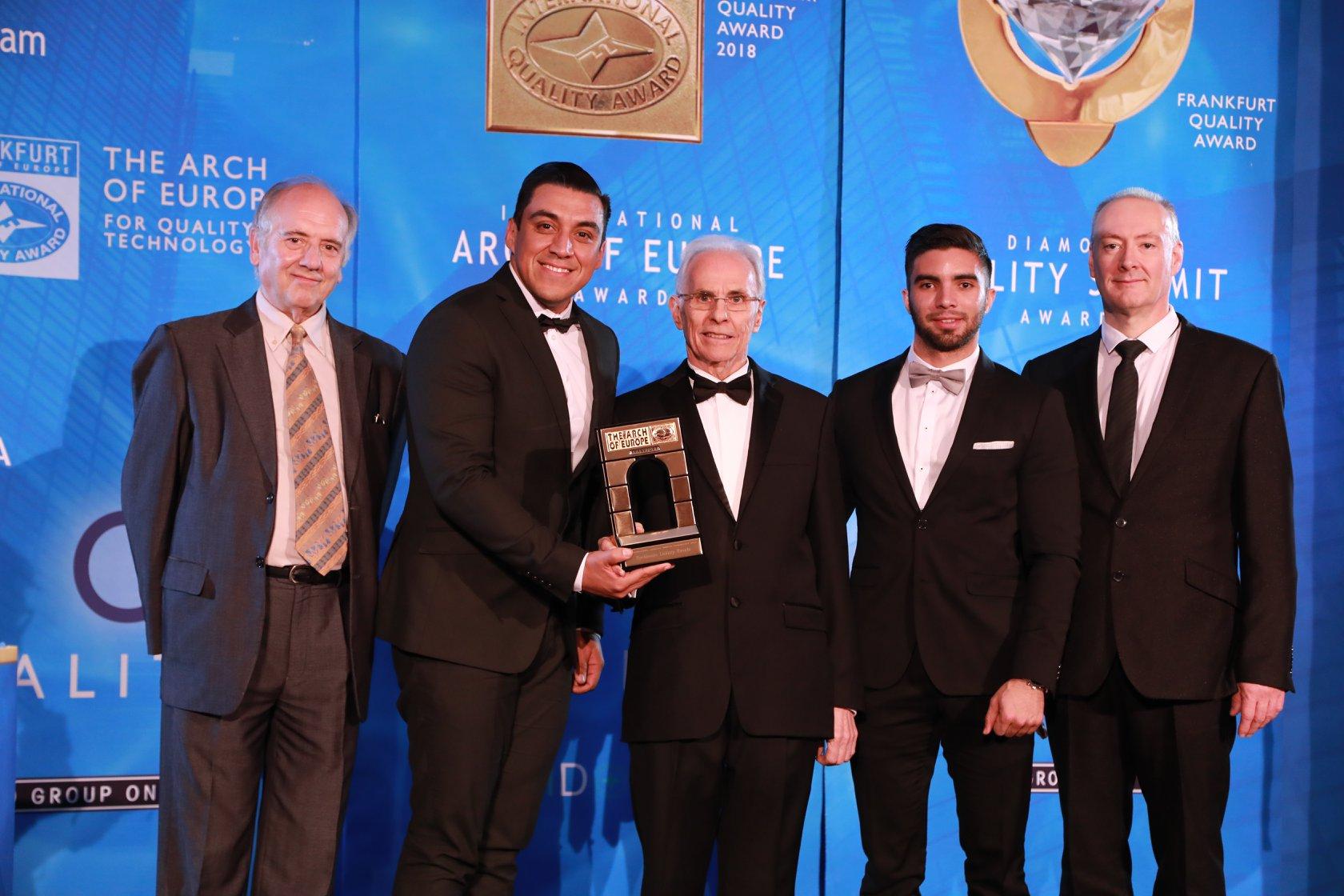 Recibiendo el premio junto a los organizadores.