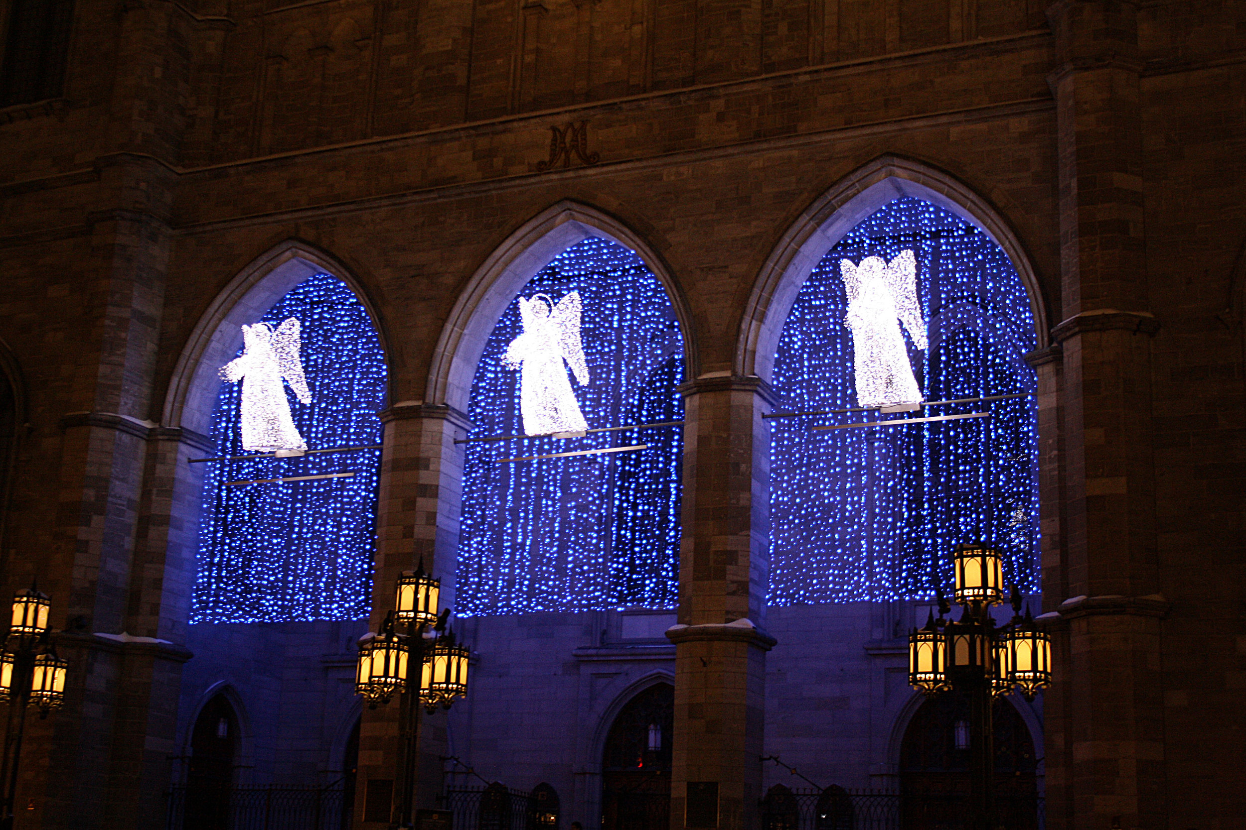Et la lumiere fut: Spectacle son et lumiere (And then there was light: Sound and light show.