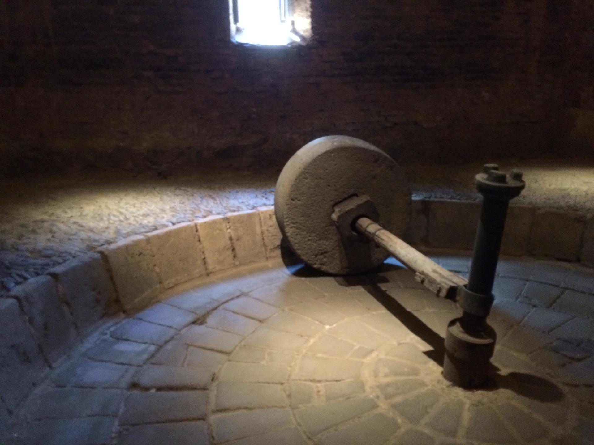 Stone mashing mill.