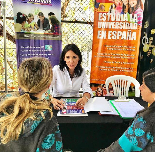 #Repost @marieldesaiz ・・・ Hoy @grupoidiomas presente en la feria de universidades del colegio Liceo Los Andes @liceolosandes.ec .  Promocionando los programas de idiomas para las vacaciones del 2020, y asesorando a los estudiantes que quieren estudiar la universidad en España.